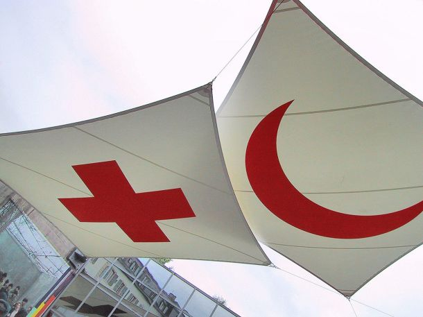 The emblems of the International Committee of the Red Cross and Red Crescent. Photo: Wikipedia (CC 2.0)